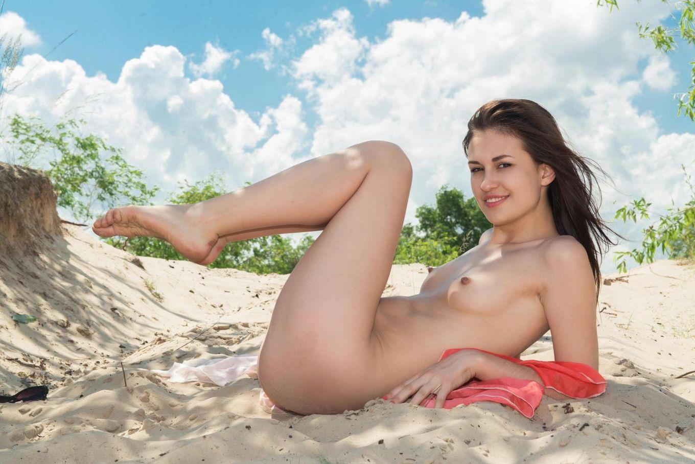 Элегантная детка Lilian A выставляет напоказ свое тело на солнышке