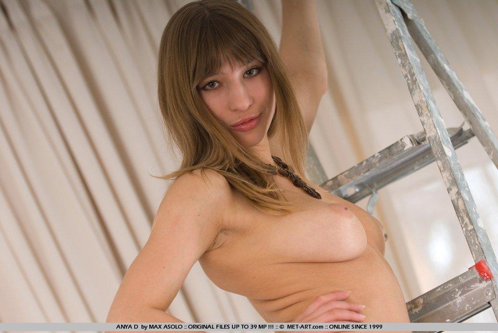 Обнаженная титястая няшка Anya D оголяет интимные части на лестнице