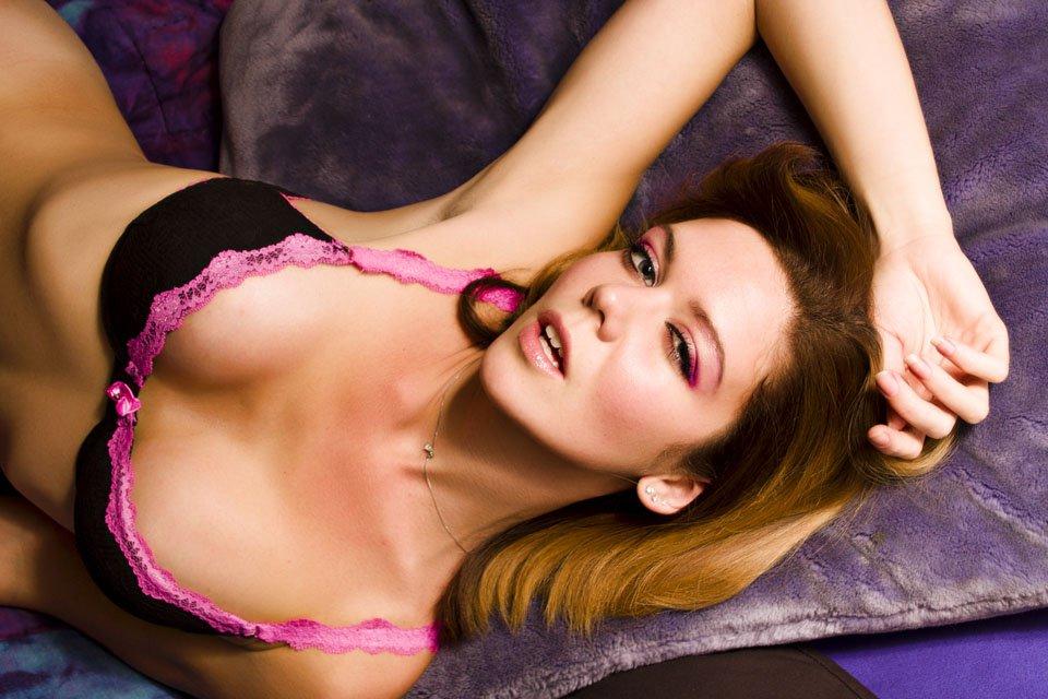Изящная чика Kimber Lace выглядит возбужденной и в сексуальном белье и без него