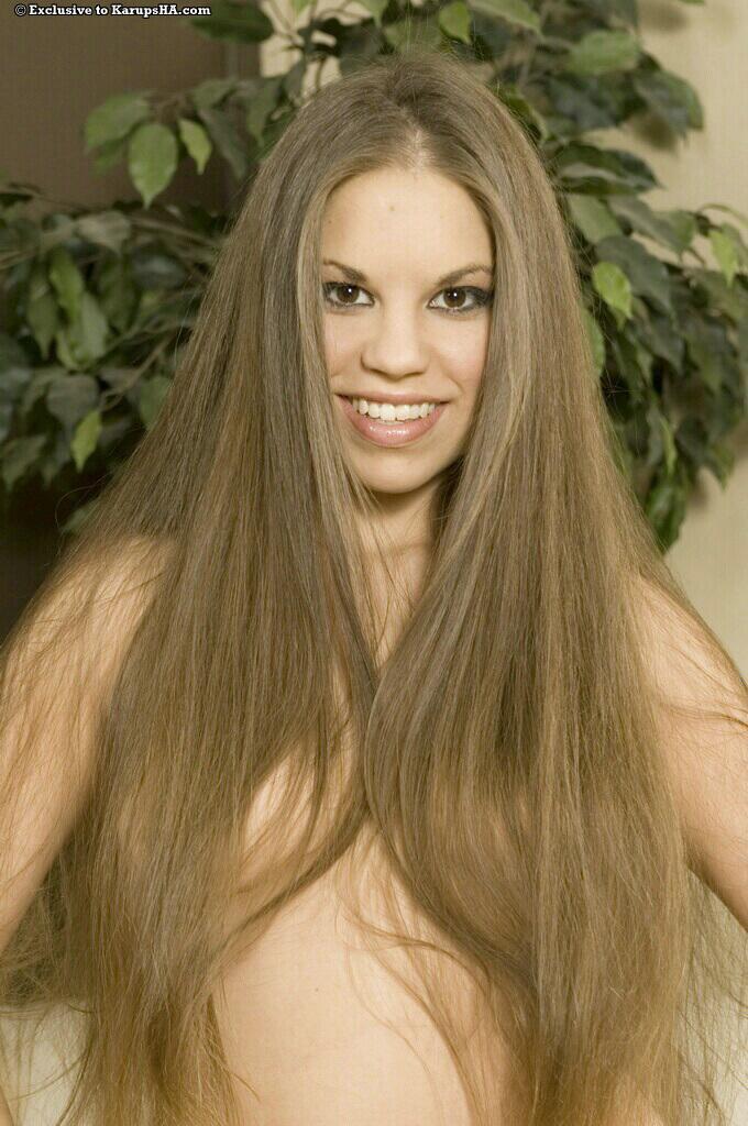Длинноволосая куколка Jennifer Lynn с милой сракой и роскошной побритой мандой желает позировать голенькой