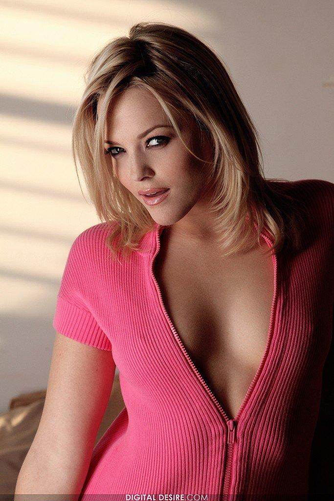Невероятная блоиднка в розовом топе Alexis Texas снимает свои бикини