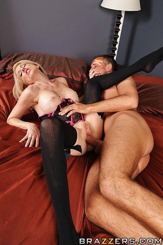 Игривая Angela Attison в черном белье предлагает себя пареньку
