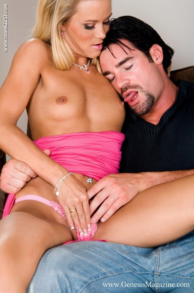 Подтянутая детка в соблазнительным розовом платье Sophia Lynn дает твердому члену трахнуть свою гладкую вагину
