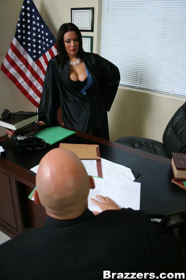 Судья с широкой грудью и в темном белье Sienna West дает лысому соседу жестоко себя отжарить