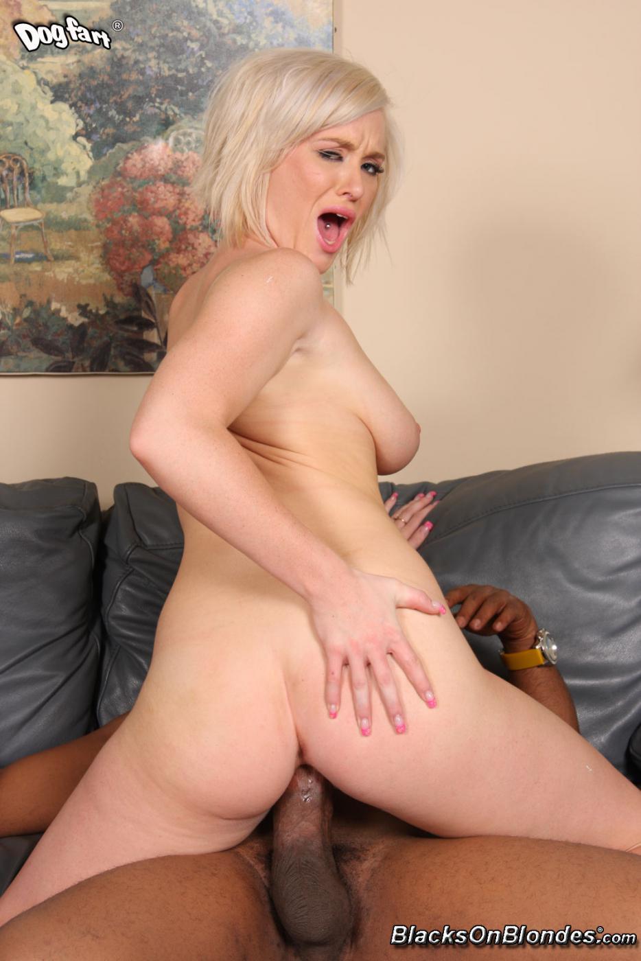 Куколка-блондиночка Naomi Cruise дает черном члену трахнуть свою очаровательную вагину и глотает сперму