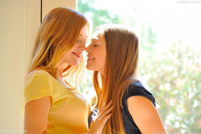 Милая Aurielee Summers проводит время со своей сожительницой, которая тоже жаждет обнажаться для фотосессии