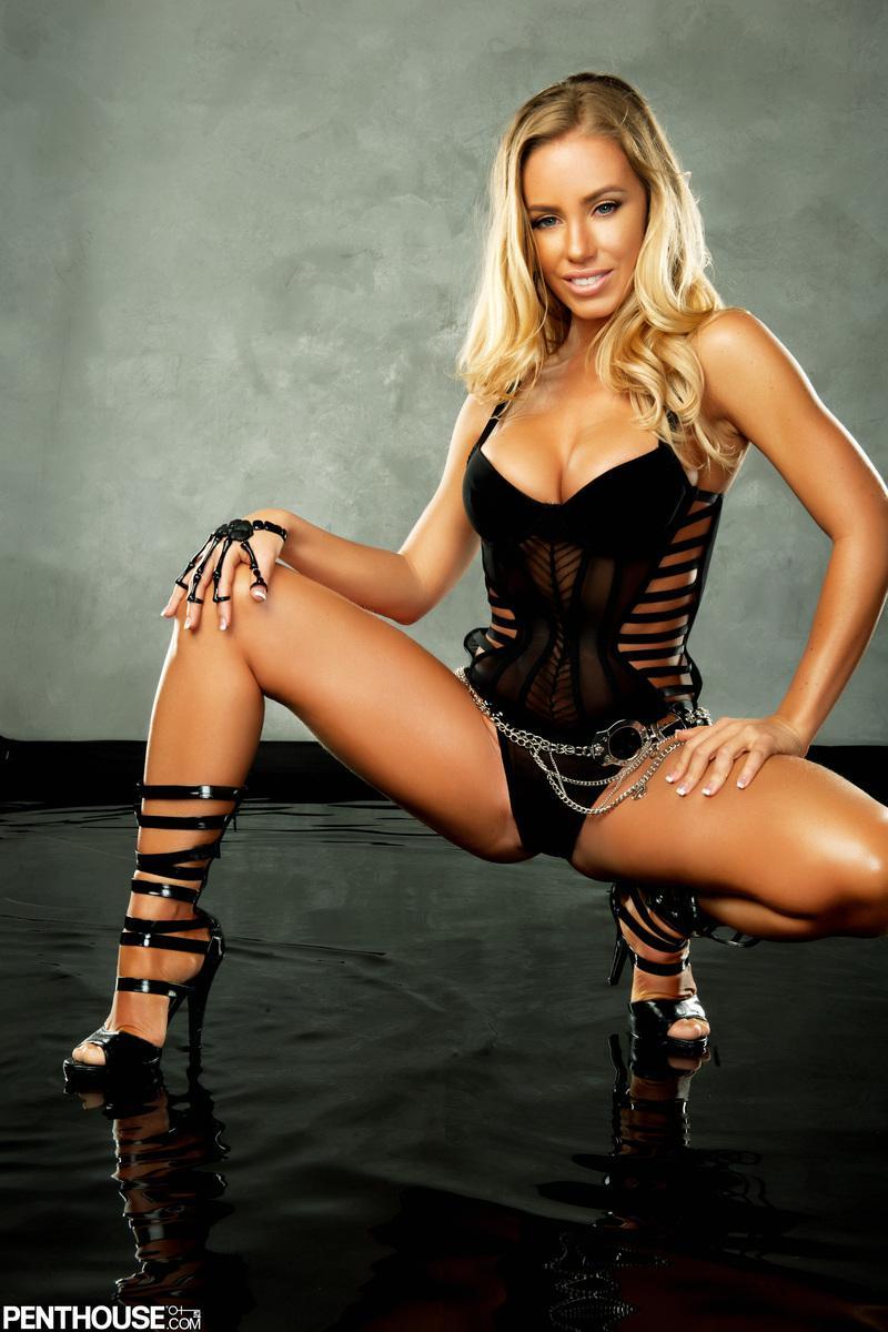 Роскошная мадам Nicole Aniston оголяет знойное черное белье на своем сисястом теле