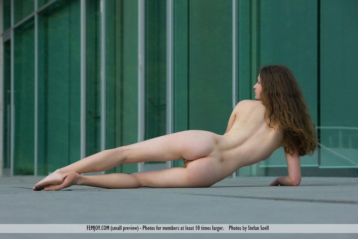 Сисястая богиня Susann Femjoy снимает тонги и демонстрирует бритую дырочку