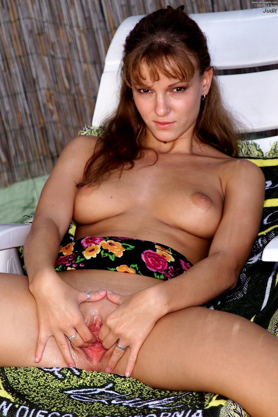 Возбуждающая Judit ALS порет свою вагину бананом в саду