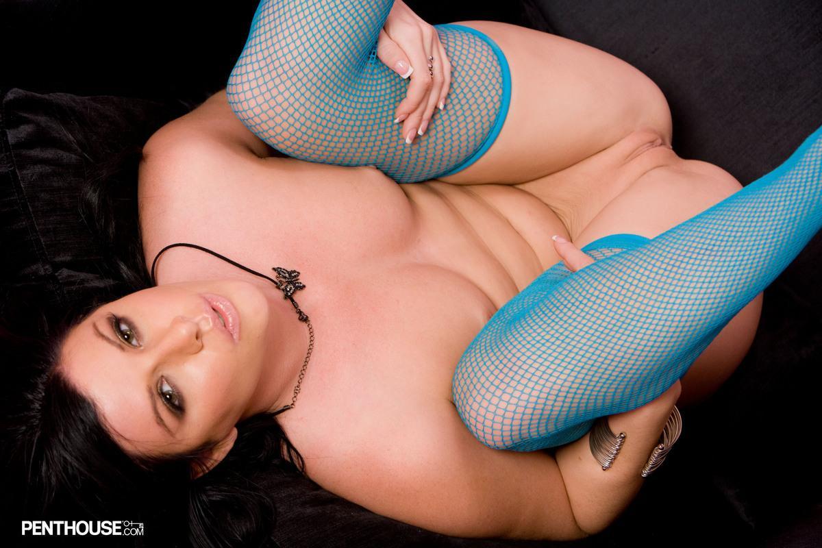 Брюнетка в голубых гольфах Taryn Thomas растопыривает ноги и оголяет свою дырку