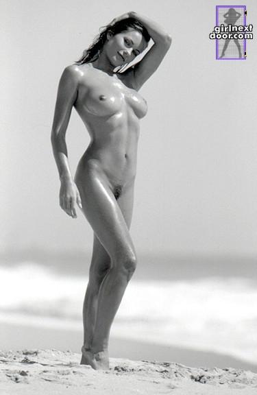 Голая и намасленная детка с соблазнительной грудью Kyla Fox разводит очаровательные ножки на песке