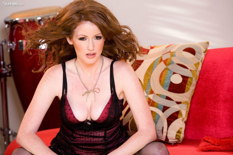 Великолепная Nikki Rhodes с откровенной розовой вагиной растопыривает ножки в чулках