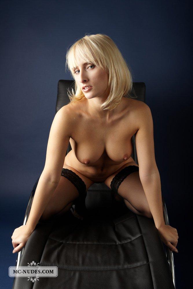 Нахальная, обнаженная модель со свелыми волосами Colette MCnudes широко разводит ножки в тёмных гетрах