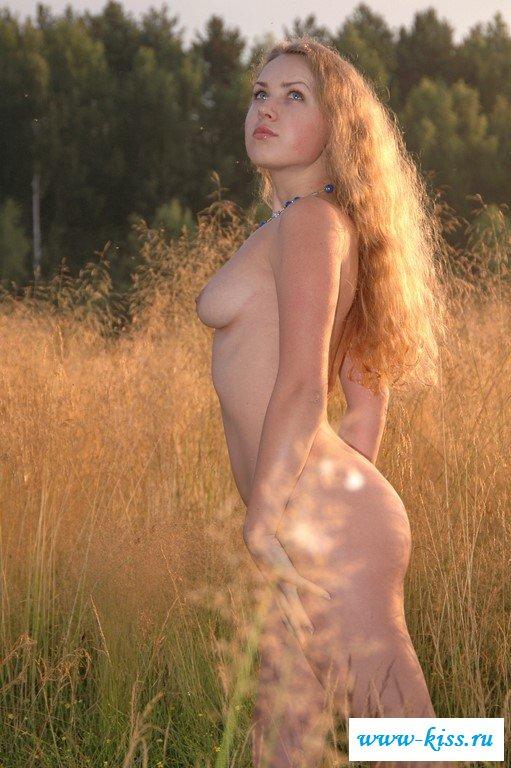 Красивая стройняшка с голыми сиськами