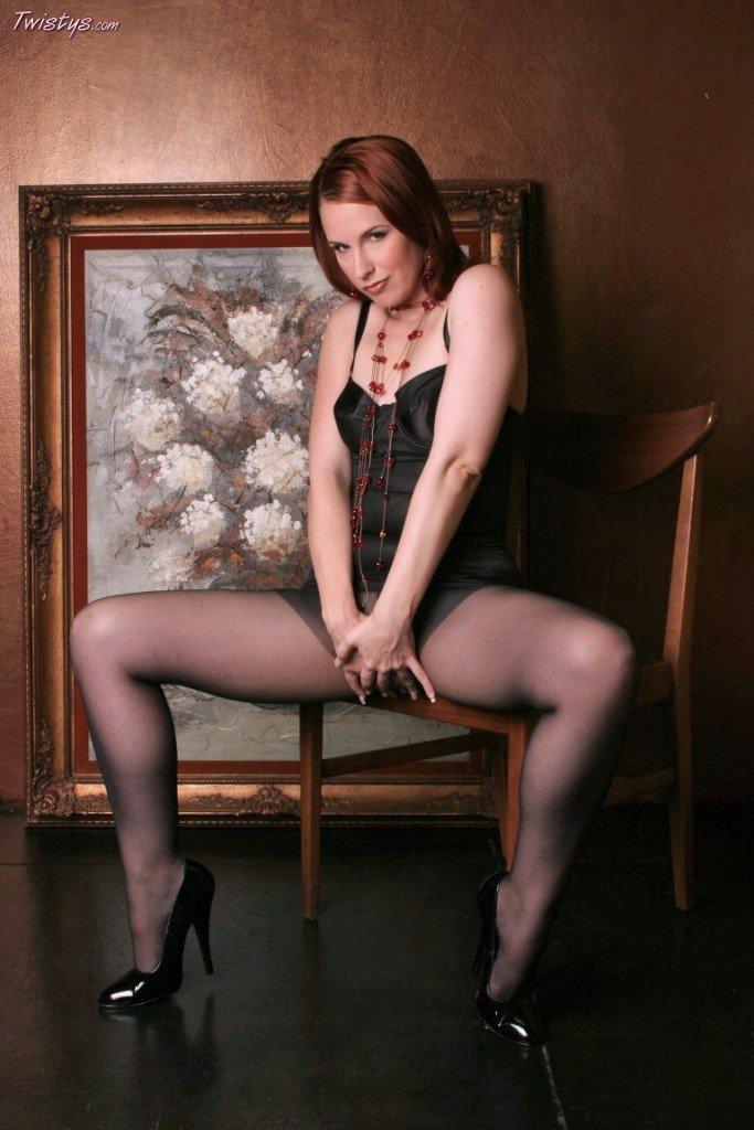 Рыжая Chrissy Daniels стягивает черный корсет и срывает колготки