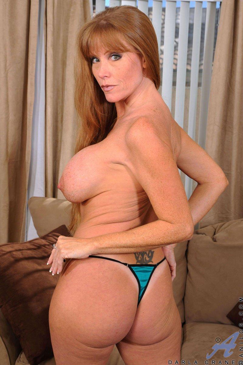 Рыжеволосая мамаша с круглой задницей и массивной грудью Darla Crane трахает себя искуственным членом