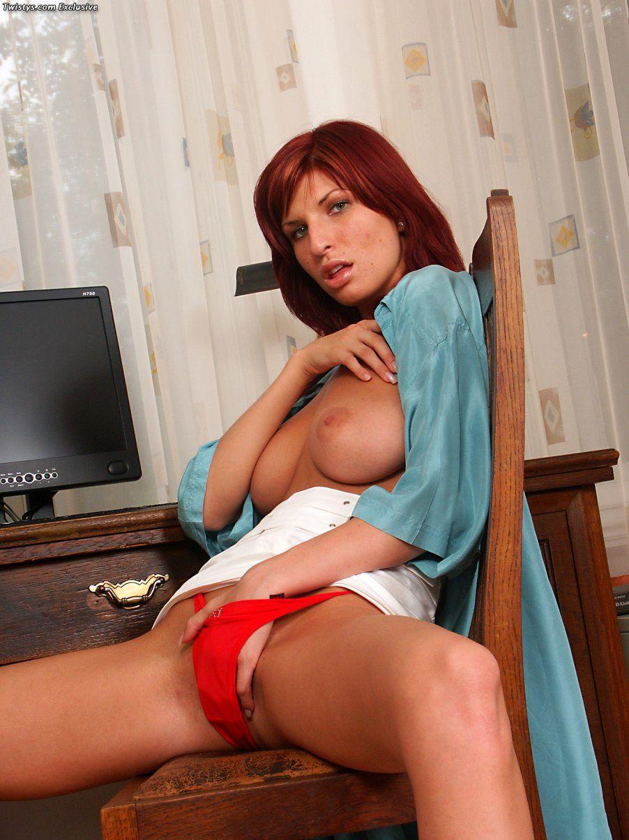 Голая рыженькая Tara с большой грудью возбуждает своим телом и трахает себя на стуле в аккуратную киску