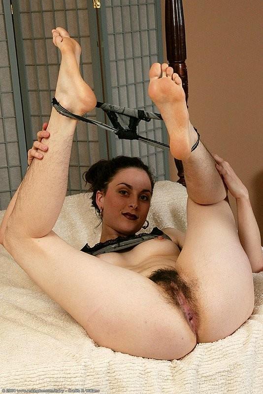 Кристина с небритой попочкой онанирует