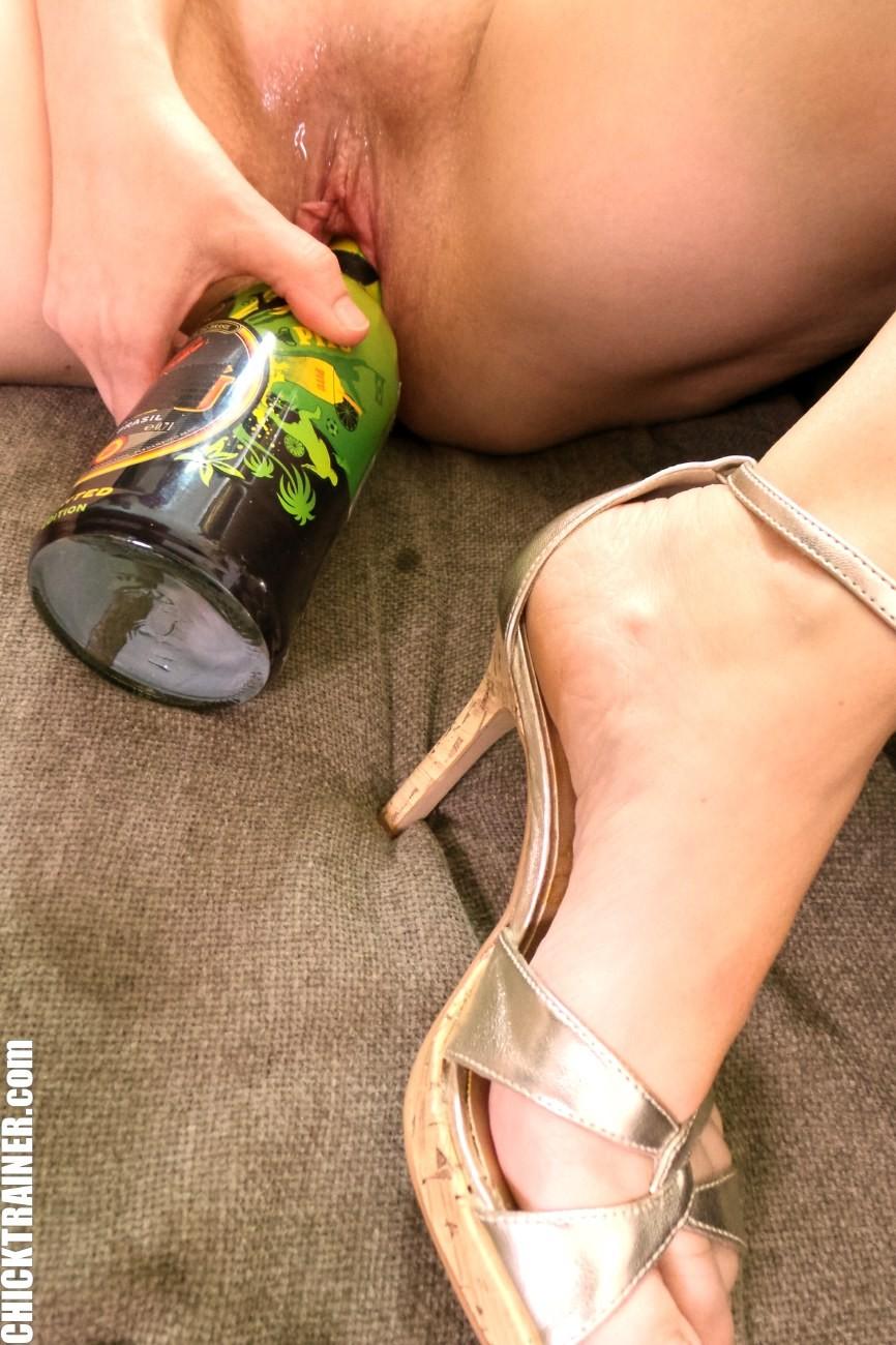 Немка Britney Swallows мастурбирует бутылкой