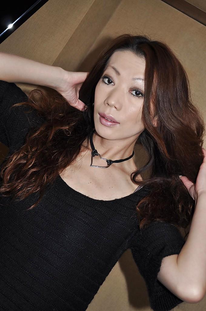 Похотливая азиаточка вгоняет секс игрушки во влагалище