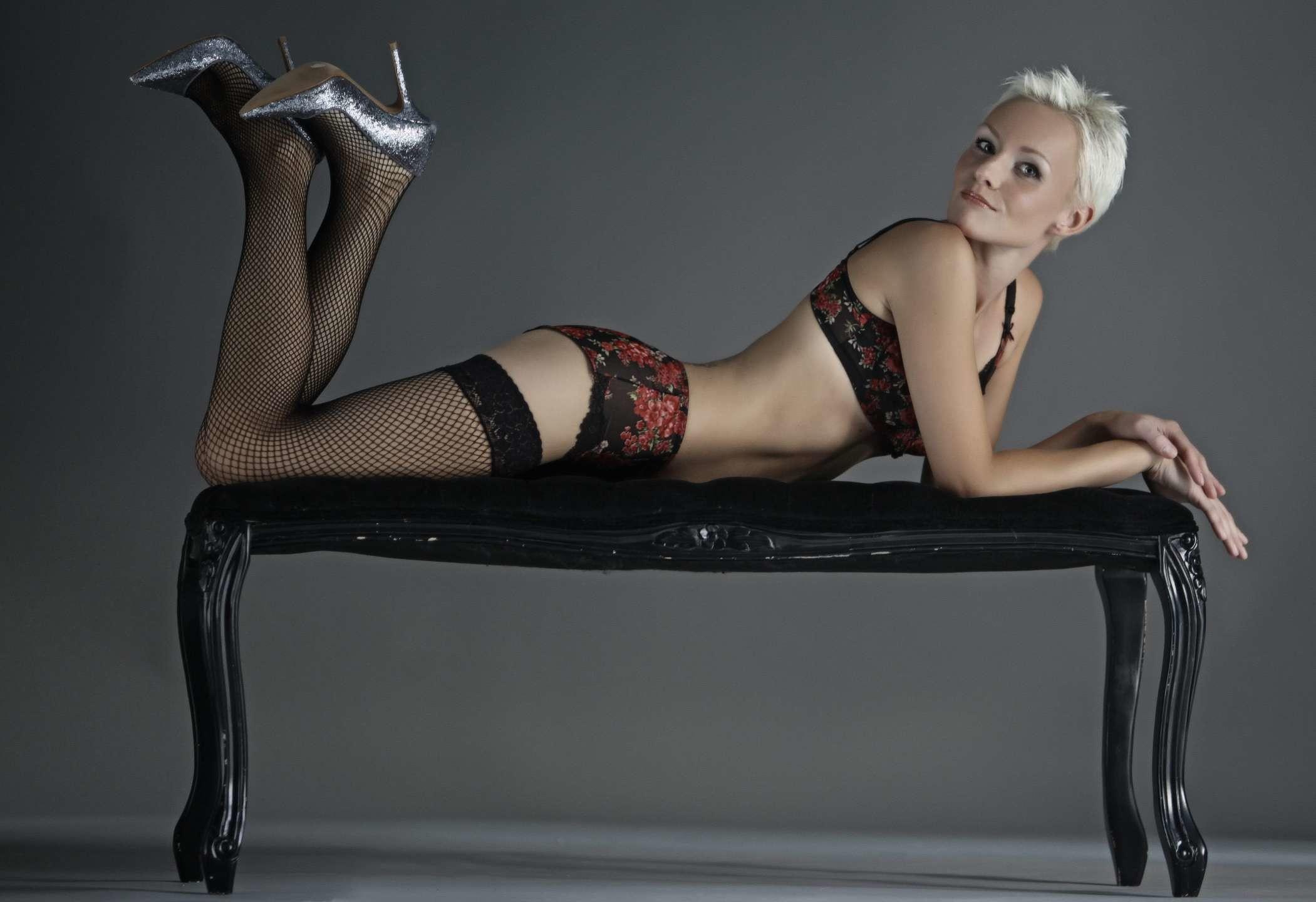 Коротковолосая блондинка Анна в нижнем белье