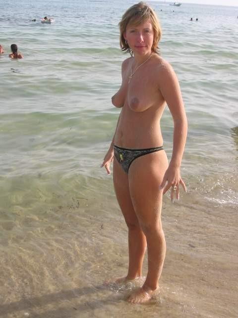 Особы женского пола топлесс на берегу моря