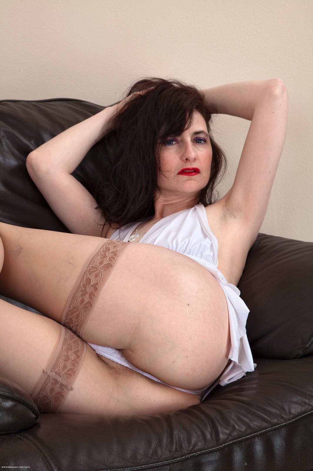 Возрастная Наташа с небритой вагиной