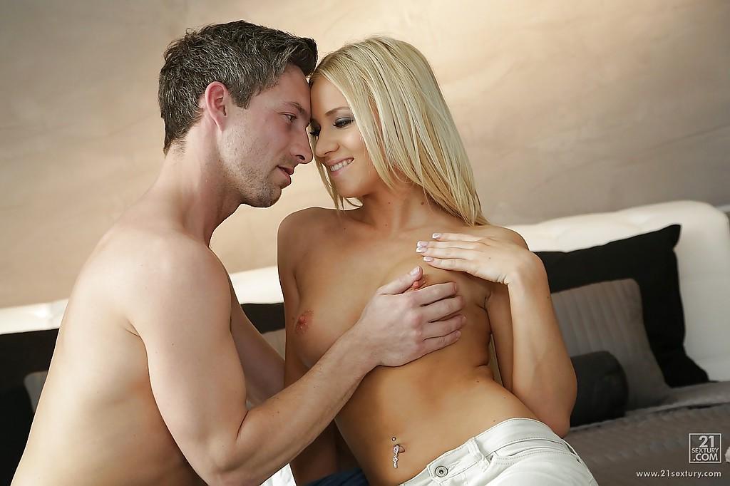 Блондиночка в светлых джинсах встала на колени и засунула фаллос мачо себе в рот секс фото