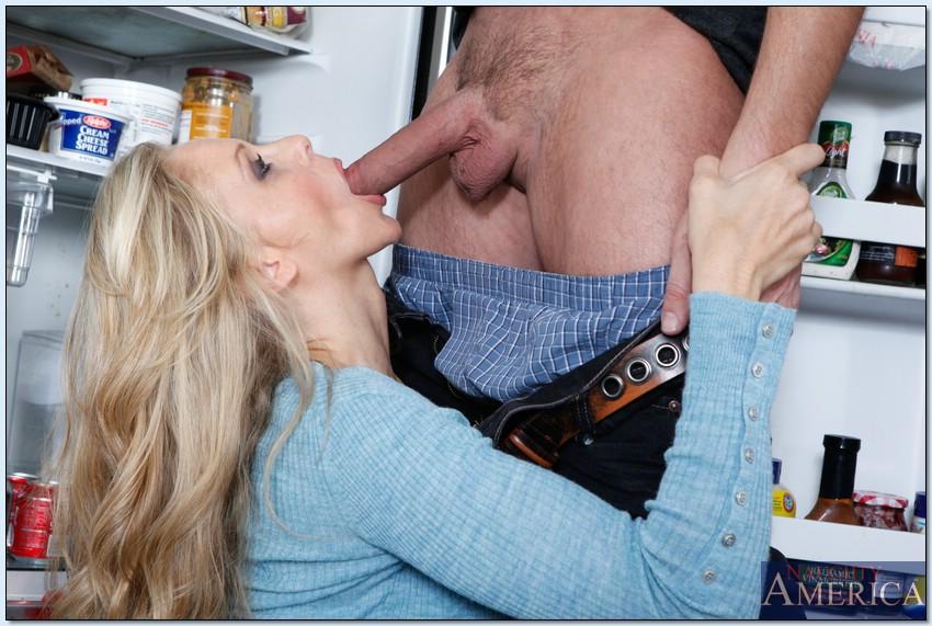 Муж отимел провинившуюся женушку и кончил ей в рот