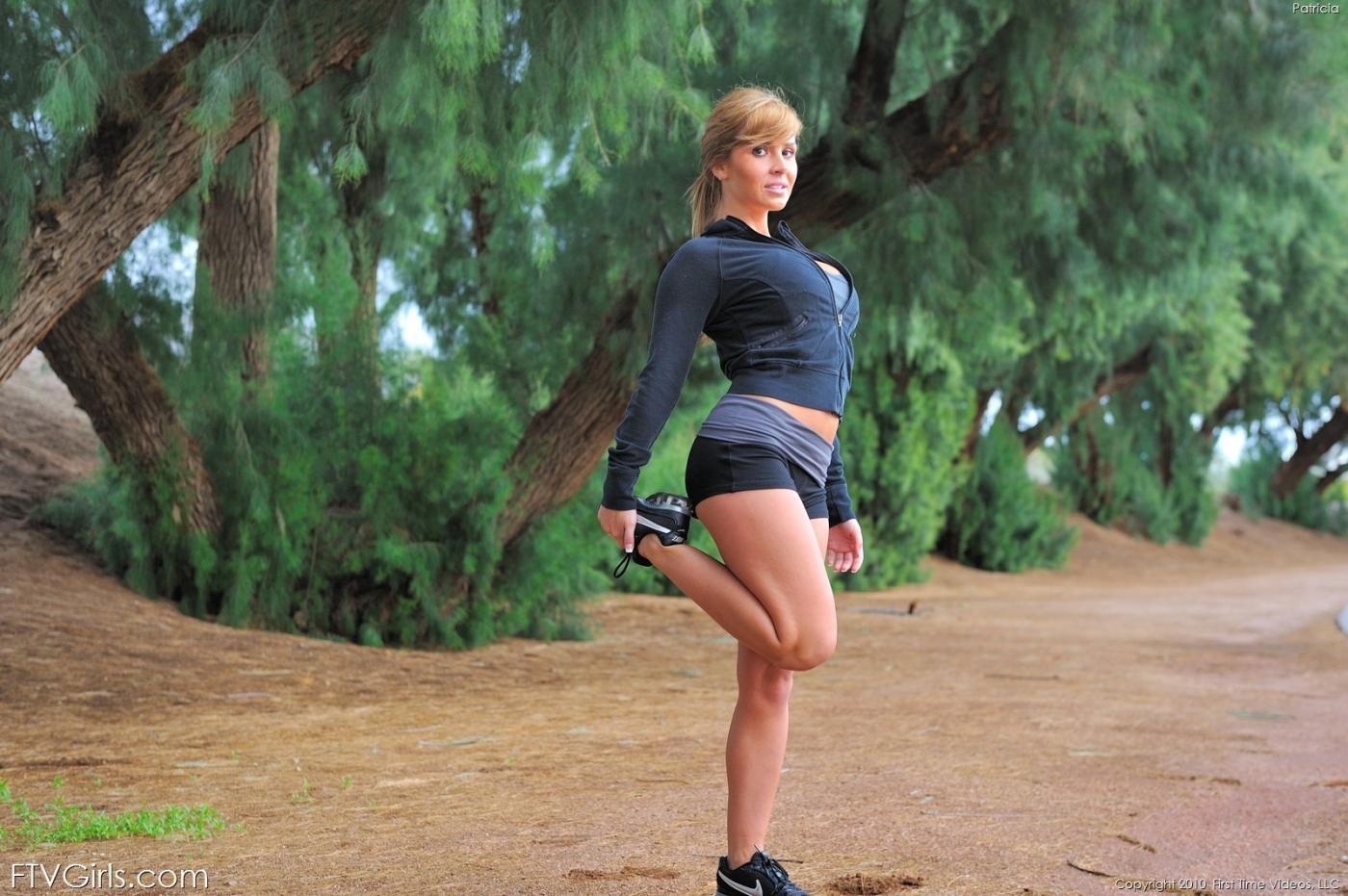 Игривая спортсменка Patricia FTV демонстрирует буфера и красивую сраку