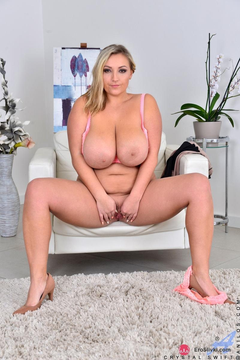 Сексуальная толстуха с интимной стрижкой на пухлом лобке теребит груди и разводит ляжки