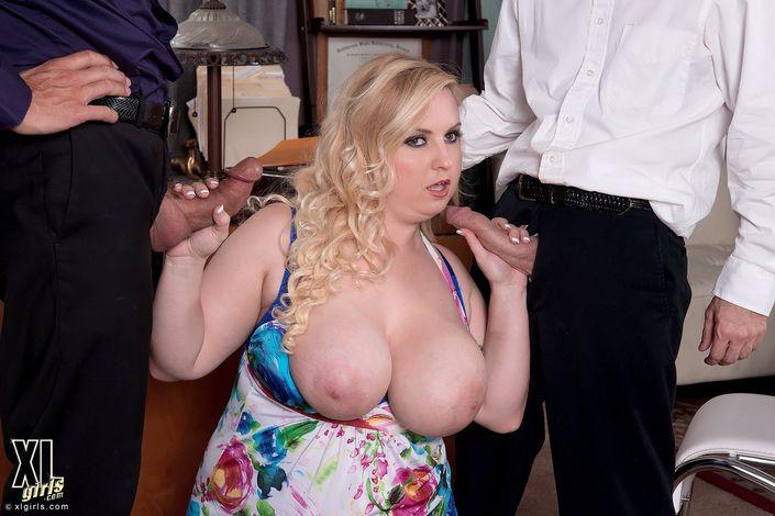 Два чувака порют увесистую мамашу в сексе в троем