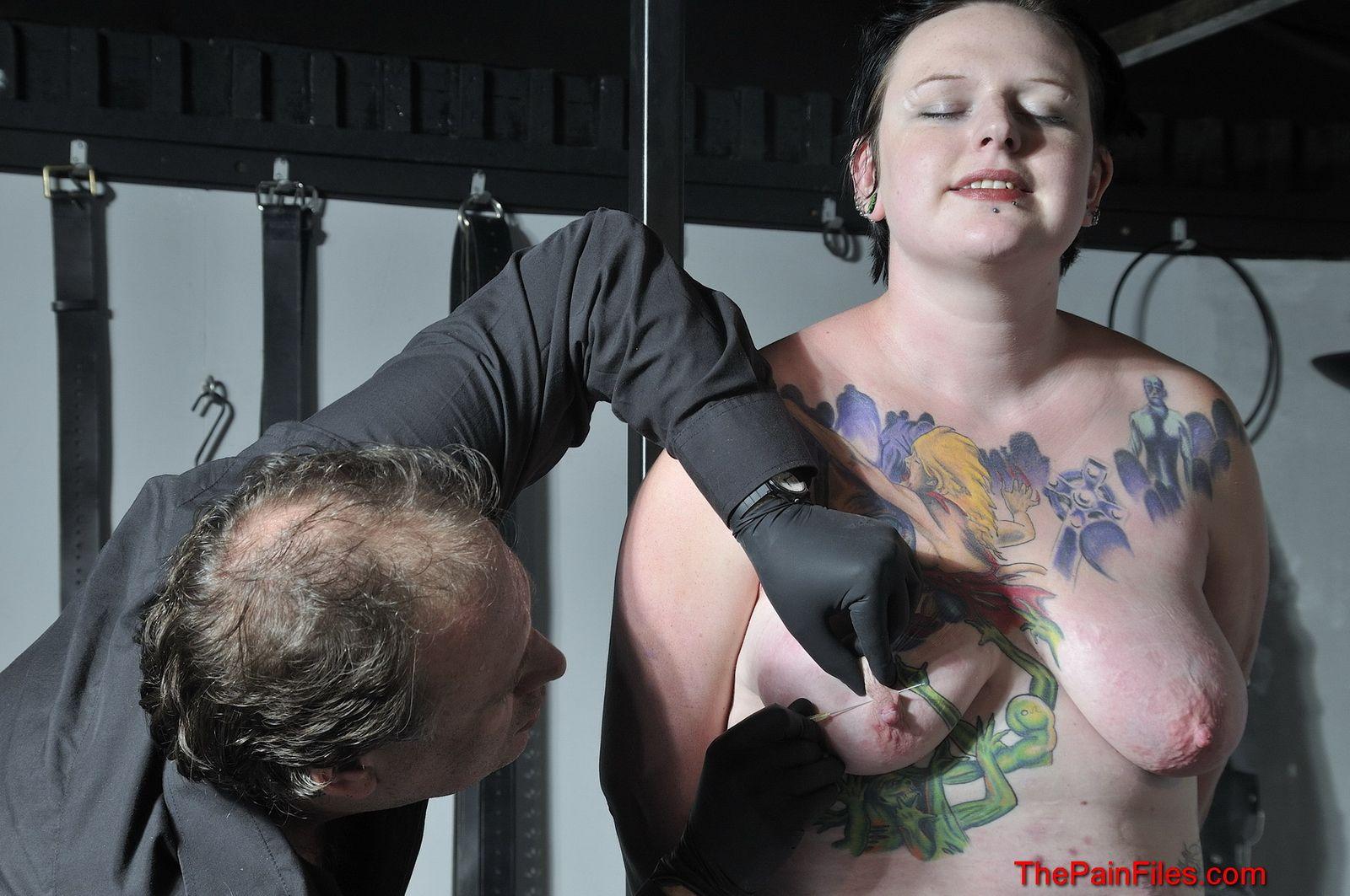 Полная девица решается испробовать прокол иглами груди и прищепки на сосках