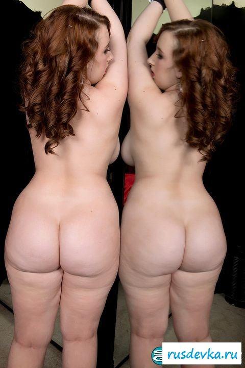 Связанная нагая пышечка наслаждается собой у зеркала