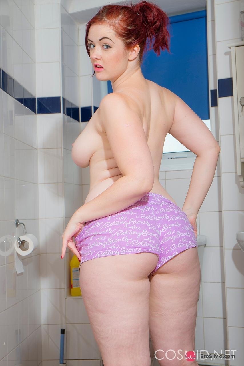 Некрасивая на мордашку Джессика щеголяет в ванной габаритными титьками и упитанной попкой