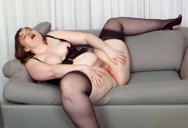 Дрочка полной тёти на диване