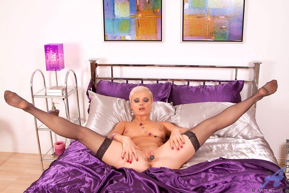 Светловолосая мамочка Natalie Steel в фиолетовом белье и носках жарит свою пизду секс-игрушкой