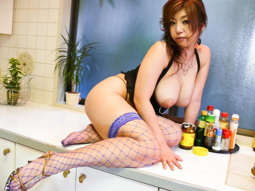 Грудастая красотка-азиатка в развратных гетрах Naho Hadsuki получает кайф от игрушек и мастурбации
