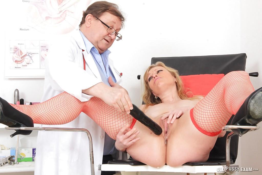 Гинеколог соблазнил старую пациентку и поласкал ее щель в кресле