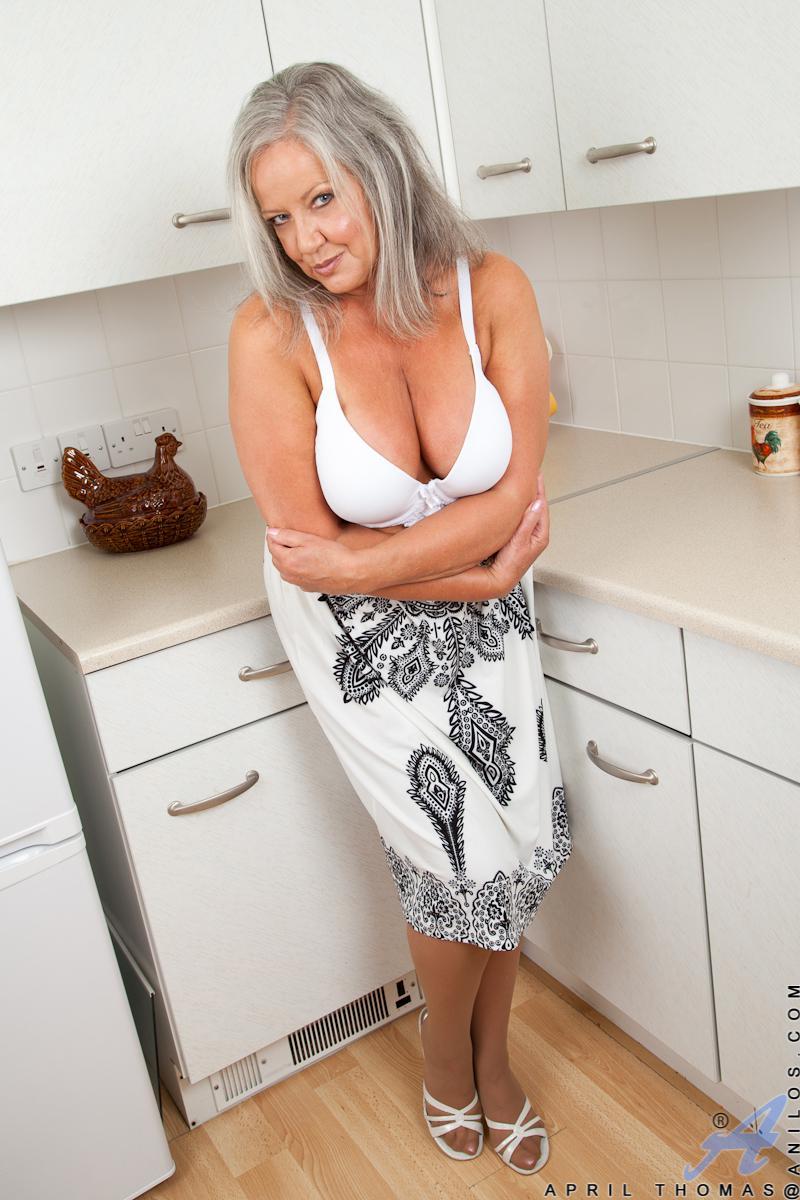 Пышногрудая мамочка в гетрах April Thomas готовит обед из соков своей вагины