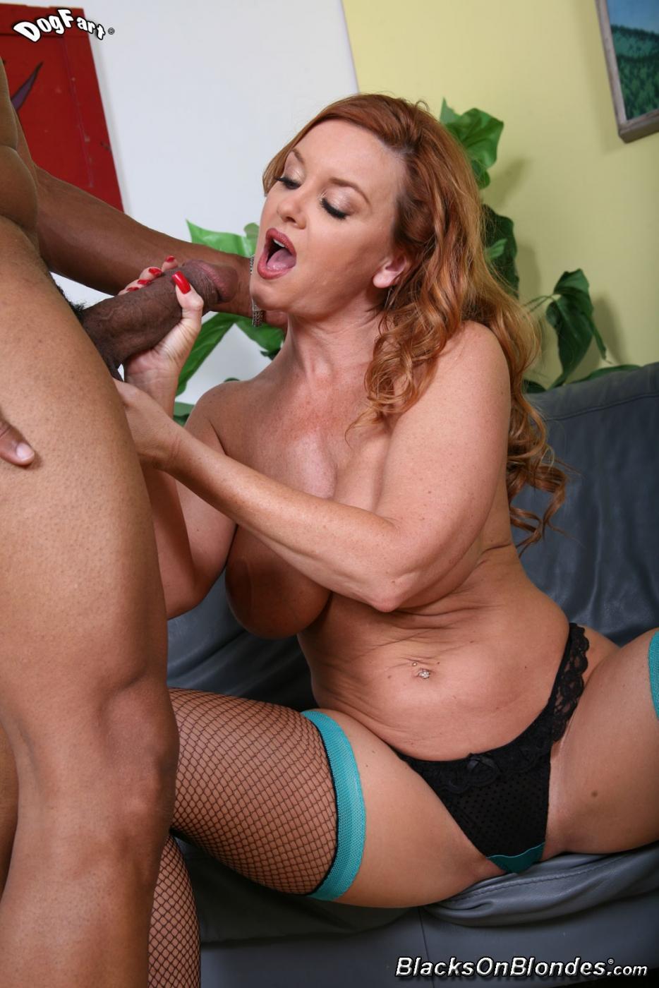 Рыженькая Janet Mason в чулочках отсасыват большой черный фаллос и заслужила секс в свои прелести