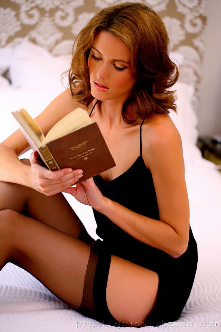 Неимоверная фрау Nikkala Stott в тёмных носках спускает свою сорочку в постели пока читает книгу