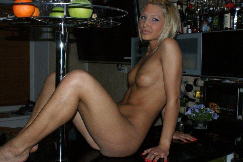 Сексуальная блондинка разгуливает по дому в одних гольфах