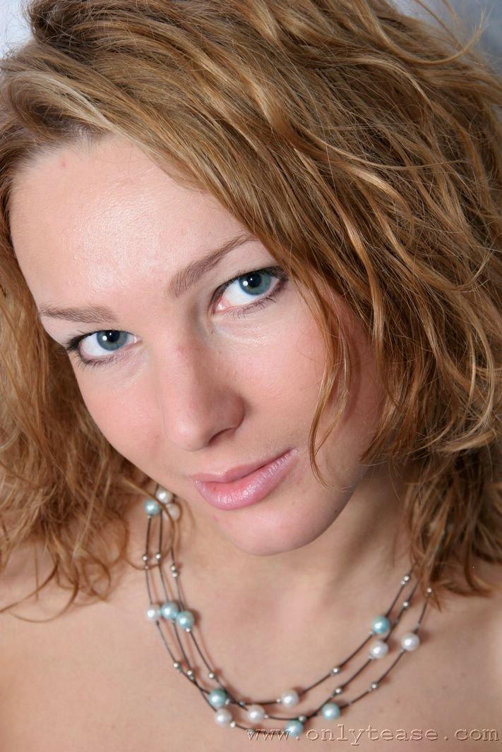 Стриптизерша с широкой грудью в синих нейлоновых гольфах Angelina Onlytease возбудит тебя