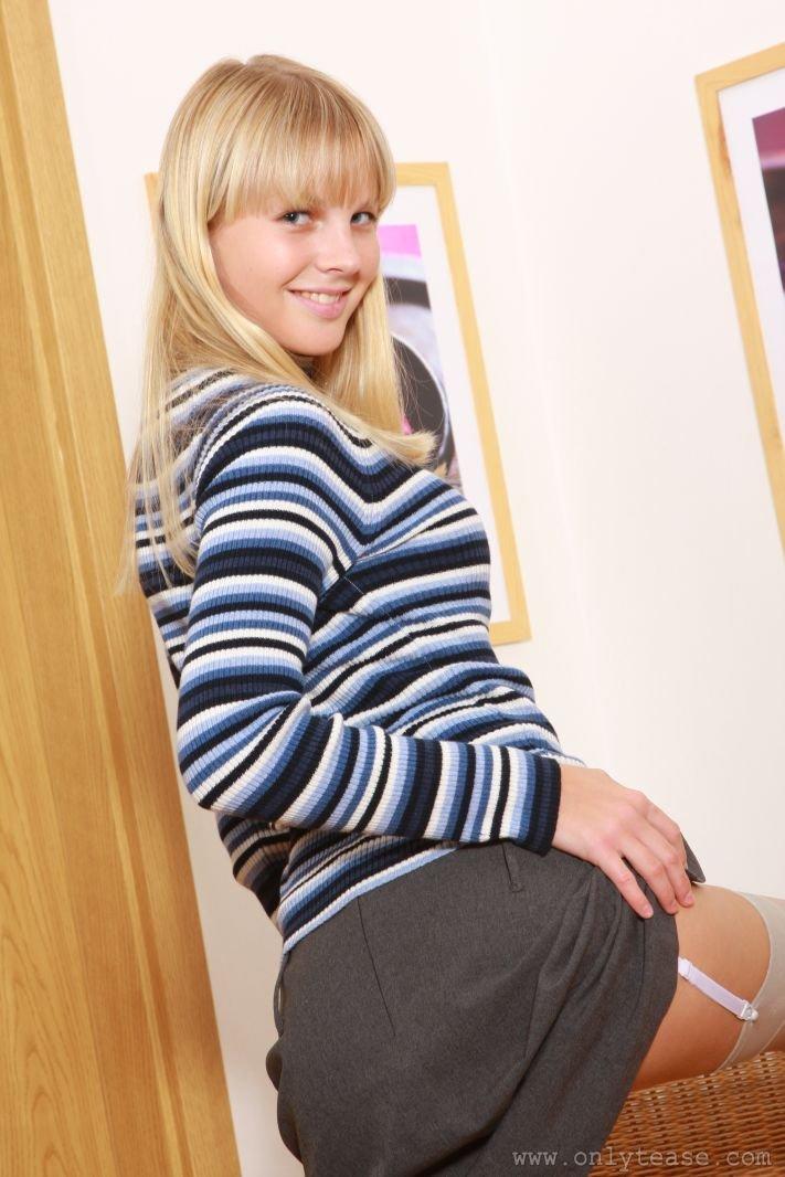 Изящная блондиночка с похотливыми ножками в нейлоновых чулочках Rose A снимает одежду похотливо