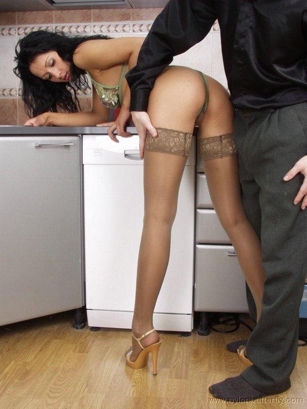 Сексуальная брюнетка в носках демонстрирует свое роскошное тело и спаривается на кухне