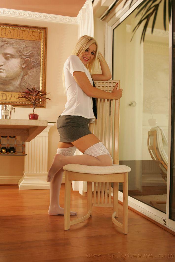 Безупречная блондинка в белых чулках Paige Onlytease снимает лифчик до гола перед крупным зеркалом