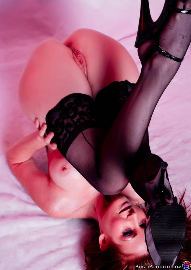 Красивая рыжая красоточка Nikki Rhodes хвастается татуированное туловище в одних черных носках