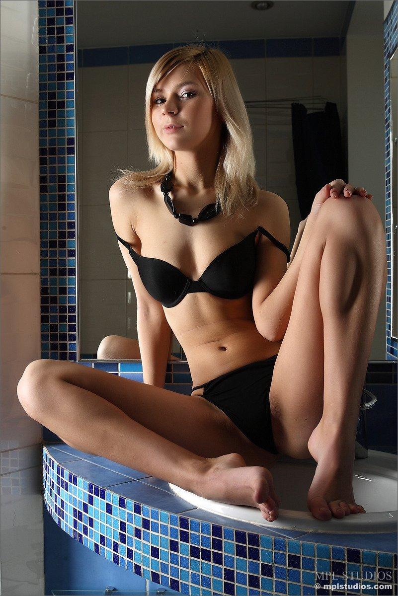 Стройная светлая модель с красивой грудью утроила стриптиз в душевой комнате, показывая свое красивое туловище