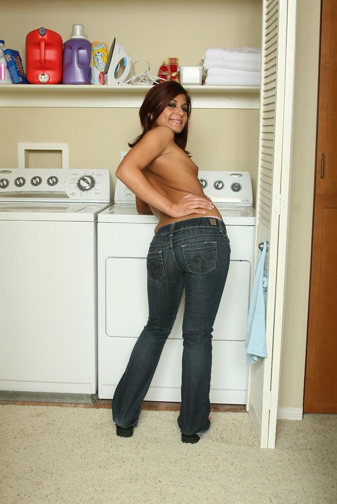 Хрупкая девица Dahlia Denyle снимает узкие джинсы и тонги